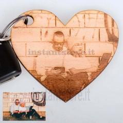 Portachiavi a forma di cuore in legno personalizzato con fotoincisione