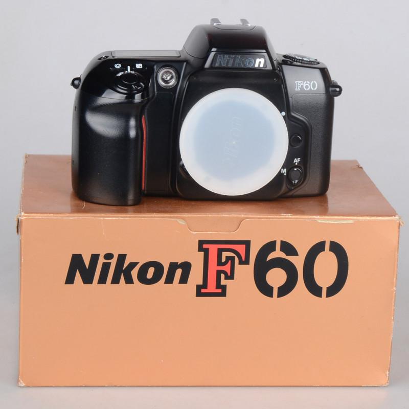 Macchina fotografica analogica Nikon f60 35mm funzionante in confezione